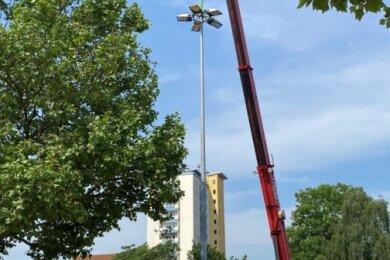 Demontage eines Mastes der Straßenbahnbeleuchtung.