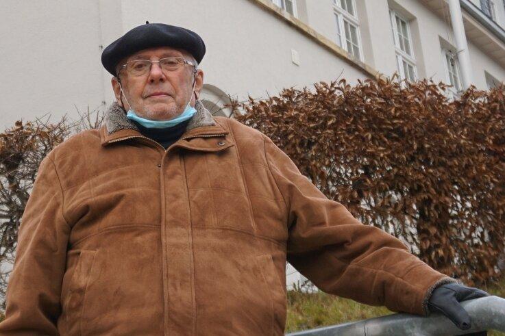 Buchautor Hans Hoyer vor dem Klingenthaler Rathaus.
