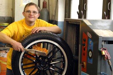 Für Fabian hat die Werkstatt ATS in Lichtenstein eine Granulatwaschmaschine angeschafft. Der junge Mann mit dem Down-Syndrom macht alles ganz genau. Durch ihn konnte die Werkstatt auch ihren Service erweitern.