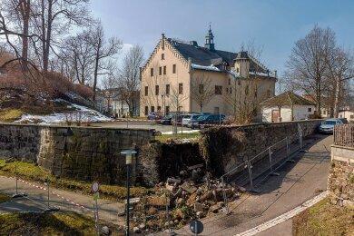 Ein Eckstück der drei Meter hohen Mauer am Falkensteiner Schloss stürzte ein.