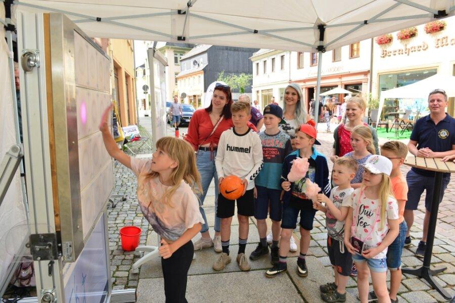 Die zehnjährige Johanna aus Hainichen probiert sich zum Shoppingtag in Mittweida an der Reaktionswand T-Wall aus.