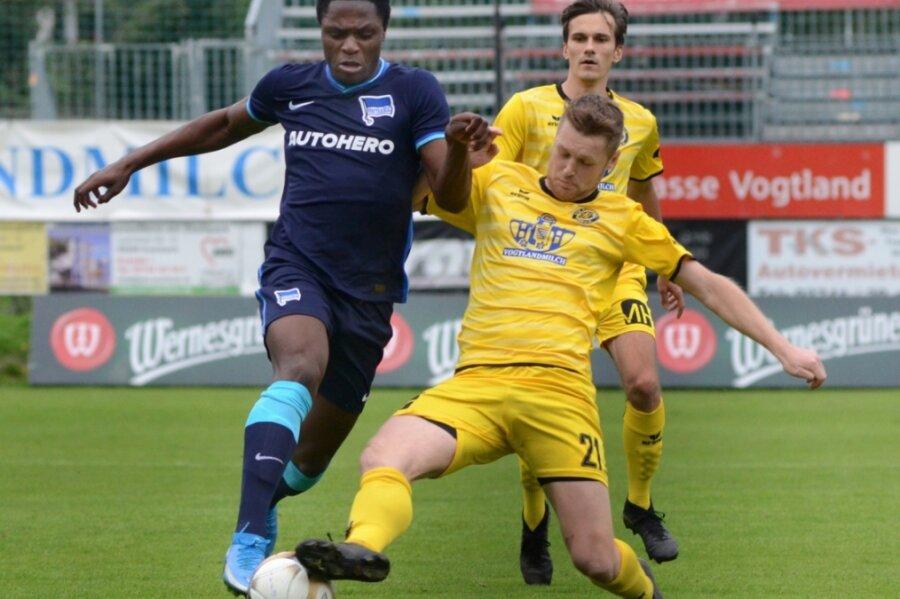 Beim 3:2-Sieg gegen Hertha BSC II verlieh Philipp Müller der Abwehr (rechts, hier gegen den Berliner Christalino Atemona) der VfB-Abwehr wieder mehr Stabilität.