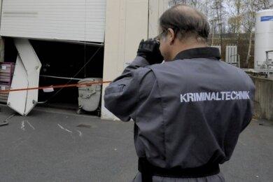 """<p class=""""artikelinhalt"""">Kriminalhauptkommissar Klaus Grimm (links) und Wilhelm Felix von der Kriminaltechnik während der Spurensicherung.</p>"""