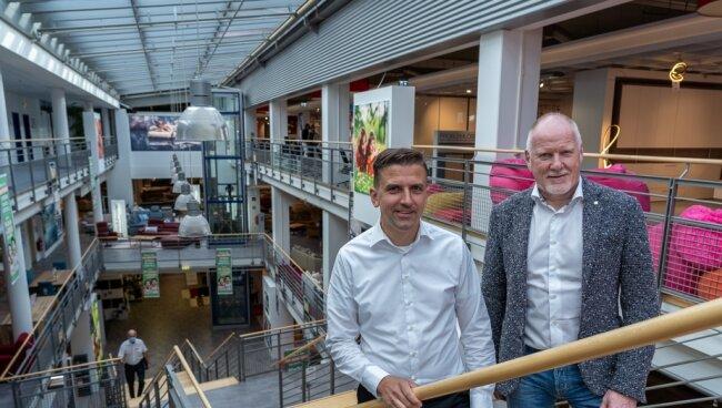 Tino Seidel (44, links) und Detlef Kluge (61) sind die Geschäftsführer von Möbel Seidel, dem laut Eigenbeschreibung ältesten inhabergeführten Möbelhaus Sachsens.