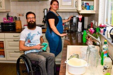 Peter Seebach und seine Frau Nicole kümmern sich gemeinsam um den Haushalt.
