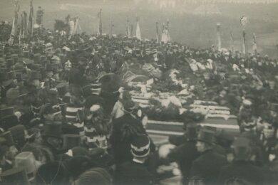 Aufnahme von der bewegenden Beisetzung am 27. Januar 1921 auf dem Oelsnitzer Friedhof.