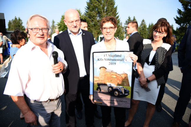 Herbert Fox vom Obervogtländischen Oldtimerclub Oelsnitz, begrüßte zum Start der Rundfahrt der 17. Vogtland-Kfz-Veteranenrallye in Schöneck die Bundesverteidigungsministerin und CDU-Vorsitzende Annegret Kramp-Karrenbauer, dabei waren Landtagsabgeordnete Andreas Heinz (zweiter von links/CDU) und Schönecks Bürgermeisterin Isa Suplie (rechts/CDU).