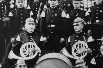 Die Mitglieder vom Musikverein Gottesberg 1934 beim 45-jährigen Gründungsjubiläum der Freiwilligen Feuerwehr mit ihrem Dirigenten Hans Röder (Mitte, hinter der Trommel).