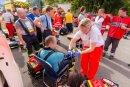 Einsatzkräfte des Rettungs- und Katastrophendienstes checken die am Brandbekämpfungseinsatz beteiligten Feuerwehrleute und Polizeibeamten auf dem Hof durch.