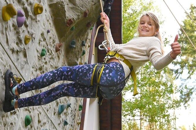Alles klar! Melina aus Netzschkau hatte viel Spaß an der Kletterwand unter freiem Himmel.