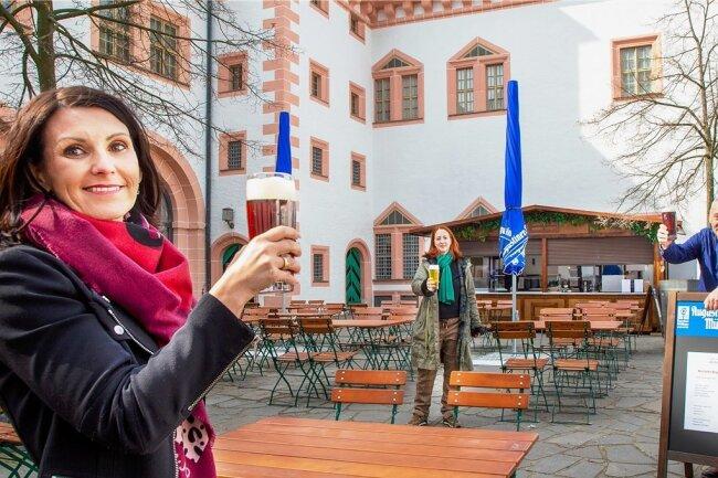 Anstoßen mit Abstand auf eine erfolgreiche Zukunft: Katrin Johst (li.), Geschäftsführerin Polster-Catering, Patrizia Meyn, Geschäftsführerin der Schlossbetriebe Augustusburg, und Rupert Ostermaier von Augustiner-Bräu aus München. Am kommenden Donnerstag öffnet das Arcaden-Bistro.