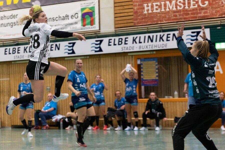 Anna Frankova (links) schließt beim Bundesliga-Auswärtsspiel des BSV Sachsen Zwickau in Buxtehude einen Tempogegenstoß erfolgreich ab.
