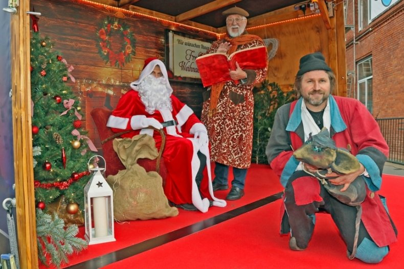 Sind bereit für die ersten Auftritte am Wochenende: Der Schlossweihnachtsmann, Märchenerzähler Heinrich Schulze und Geschichtenschnitzer Swen Kaatz (von links).