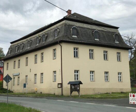 Das ehemalige Herrenhaus des Ritterguts Bösenbrunn ist heute Dorf- und Vereinszentrum. Für das Dach geben Bund und Land nun 600.000 Euro. Den Antrag dafür hatte die Gemeinde als Hausherr gestellt.