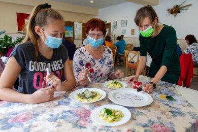 Bei der Plauener Tafel haben am Dienstag Janina Otto aus Pausa (links) und Annerose Söll mit Ernährungswissenschaftlerin Anja Heinrich (rechts) gesundes Essen gekocht.