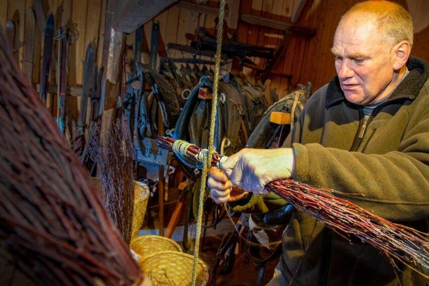 Dorfmuseum Gahlenz: Besenbinden wie zu Großmutters Zeiten