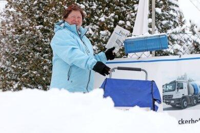 Seit 1998 stellt Ute Wimmer in Zwickau bei Wind und Wetter Zeitungen zu. Der Schnee schreckt sie nicht, aber alles dauert länger als sonst.