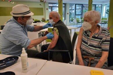 Impfarzt Max Prantl impft Günter Lesch. Ehefrau Christa Lesch erhielt ebenfalls ihre erste Spritze.