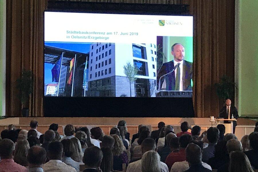 Der Parlamentarische Staatssekretär im Bundesinnenministerium, Marco Wanderwitz (CDU), sprach in Oelsnitz über die Städtebauförderung des Bundes.