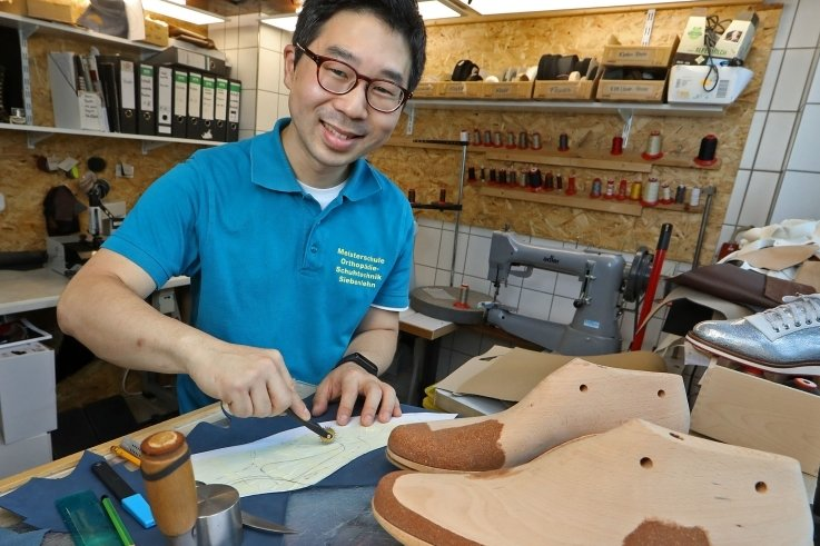 In der Werkstatt für Orthopädieschuhtechnik Duchon in Oberlungwitz werkelt Junya Tamamura an seinem Meisterstück - ein Paar orthopädische Schuhe, bei denen es auf höchste Präzision ankommt.