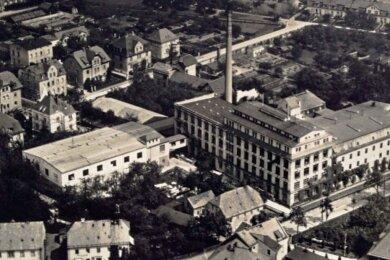 Die alte Buntpapierfabrik Flöha-Plaue; die Luftaufnahme stammt etwa aus dem Jahr 1930. Die Lage an der Biegung der Zschopau ist kein Zufall, der Fluss lieferte Brauchwasser.