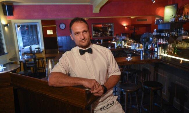 """""""Buschfunk""""-Inhaber Tino Winkler hat seine Bar künftig nur noch mittwochs bis samstags geöffnet. Der Grund: Personalmangel."""