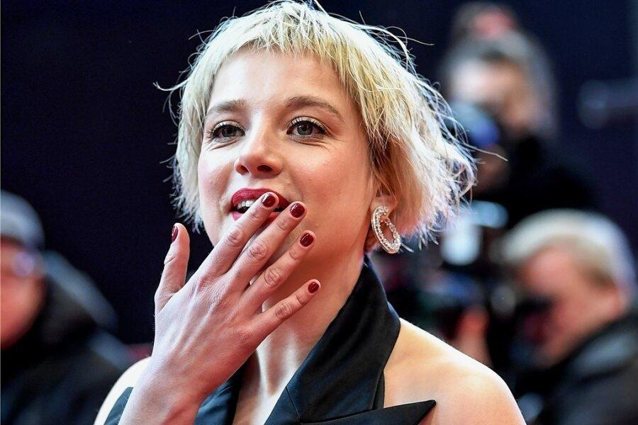 """In """"Fack ju Göhte"""" spielte sie die bildungsferne Schülerin Chantal, jetzt ist sie in der Neuverfilmung des literarischen Klassikers """"Berlin Alexanderplatz"""" zu sehen: Jella Haase. Das Foto zeigt sie Anfang des Jahres auf dem Filmfestival Berlinale. Bildung, sagt die Schauspielerin, ist auch ein Mosaikteil des Glücklichseins."""