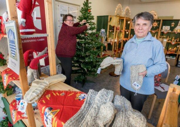 Monika Reichel (rechts) und Marlies Mehlhorn haben mit weiteren Helfern ein leer stehendes Ladengeschäft in das Olbernhauer Advents-Stübel verwandelt.