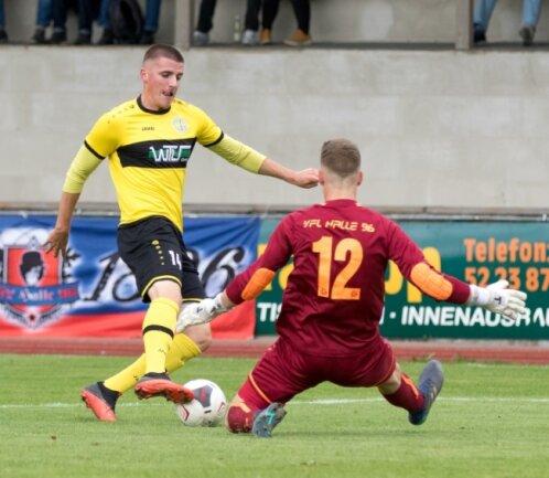 Moritz Kretzer hätte in dieser Szene in der 26. Minute auf 2:0 für den VFC Plauen erhöhen können, scheiterte aber allein vor dem Hallenser Schlussmann Magnus Janek Elm.