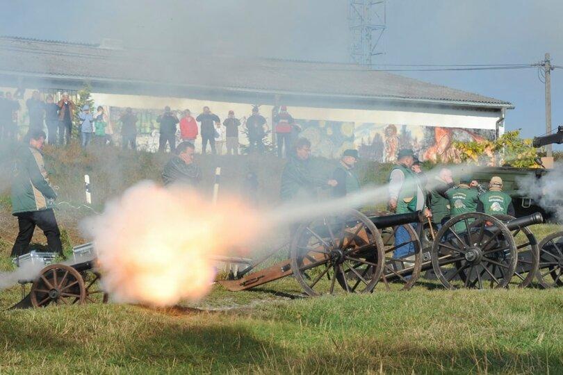 Schützenvereine böllern am Samstag mit historischen Kanonen