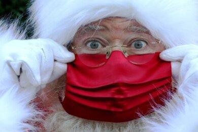 Selbst der Weihnachtsmann - hier der des Londoner Kaufhauses Selfridges - trägt dieses Jahr Mund-Nasen-Schutz. Das Fest steht, wie so vieles in diesem Jahr, unter den Vorzeichen der Pandemie.