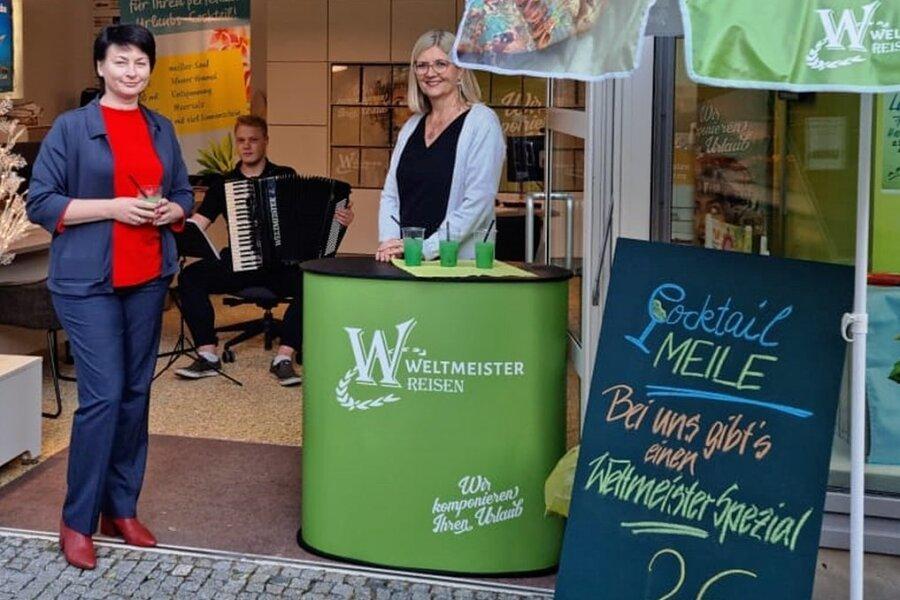 Weltmeister-Präsentation in Riesa: Silke Ackermann, Büroleiterin von Weltmeister-Reisen, Musikstudent Lukas Hartmann und Expedient Aksana Meltke (von links).