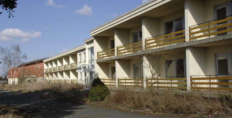 """<p class=""""artikelinhalt"""">Von außen macht das Hotel Seeblick an der Pirker Talsperre, das seit 6. Januar 2006 wieder geschlossen ist, einen passablen Eindruck. </p>"""