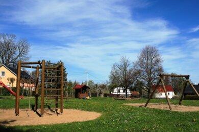 Die Dorfbewohner möchten sich möglichst bald wieder am Spielplatz zum gemeinsamen Volleyballspielen treffen können.