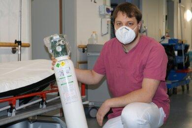 Stefan Pötzsch, ehrenamtliches Mitglied der Grubenwehr der TU Bergakademie, hilft tatkräftig in der Notaufnahme des Freiberger Krankenhauses aus.