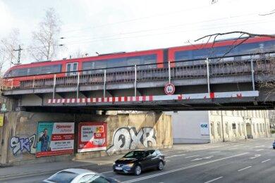 Eine Erzgebirgsbahn überquert nahe dem Hauptbahnhof die Reichenbacher Straße. Die Brücke muss erneuert werden. Ob während der Baumaßnahme dort weiter Züge fahren können, ist noch unklar.