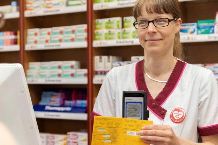 Ulrike Frahs, Pharmazeutisch-technische Assistentin in der Löwen-Apotheke in Annaberg-Buchholz, zeigt, wie es aussieht, wenn der digitale QR-Code auf dem Smartphone den Impfausweis aus Papier ersetzt.