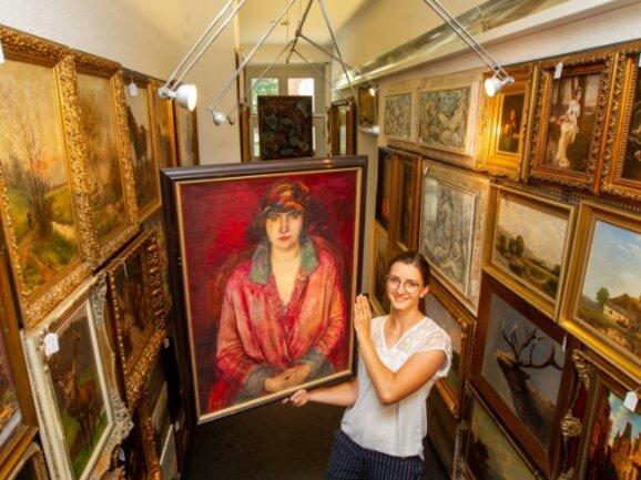 """Josephine Mehlis mit einem ihrer Lieblingsobjekte der Auktion, """"Dame in Rot"""" des Leipziger Spätexpressionisten Richard Otto Voigt."""