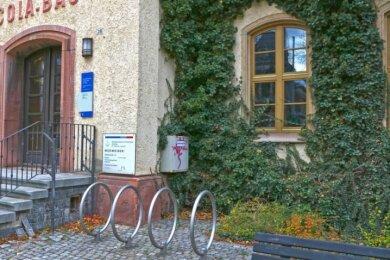 Verwaiste Fahrradständer vor dem Eingang zum Georgius-Agricola-Bau der Hochschule. Aus Gründen des Infektionsschutzes findet zurzeit die komplette Lehre digital statt.