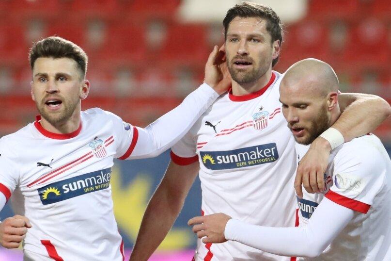 Mittelfeldspieler Nils Miatke (links) hat Ronny König (Mitte) am Freitagabend den Rekord für das schnellste Zwickauer Drittliga-Tor abgenommen. Viel wichtiger war für die beiden und Mitspieler Manfred Starke (rechts) jedoch der souveräne Heimsieg gegen den SC Verl.