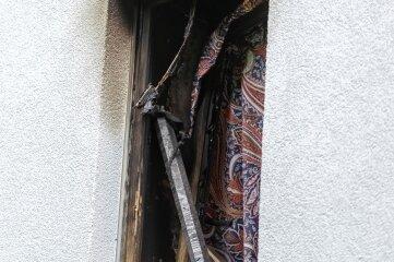 Einen Tag nach dem Brand im Mehrfamilienhaus mit acht Wohnungen kann man die Gefahr nur noch erahnen.