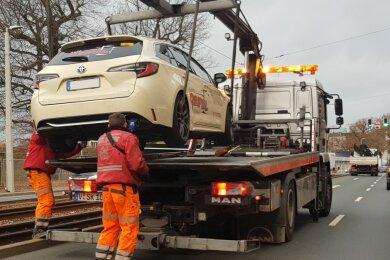Im Gleisbett geendet ist die Fahrt eines Taxis der Marke Toyota an der Pausaer Straße in Plauen am Dienstagmorgen.
