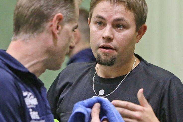 Sachsenring-Teamchef Christian Hornbogen (rechts) ist auf diesem Archivbild im Gespräch mit Spieler Miroslav Horejsi zu sehen.