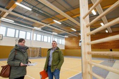 Die Turnhalle der Grundschule Am Wartberg ist fast fertig. Das Foto zeigt die Projektverantwortliche Dina Wolf und Mitarbeiter Steven Müller.