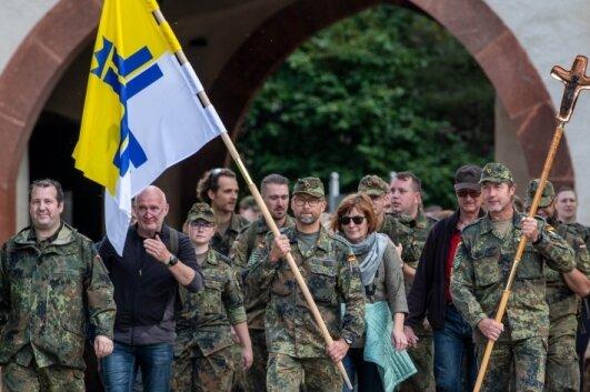 Soldaten pilgern zum Kloster