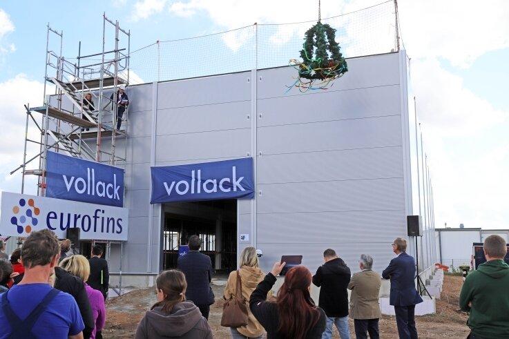 In Anwesenheit von Mitarbeitern und Gästen wurde die Richtkrone über dem neuen Rückstelllager der Firma Eurofins im Gewerbegebiet Freiberg Ost aufgezogen.