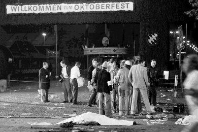 Der blutigste rechte Terrorakt der Republik ist 40 Jahre her. Bis heute gibt der Anschlag aufs Münchner Oktoberfest vom 26. September 1980 Rätsel auf. Die meisten drehen sich um mögliche Hintermänner, die man trotz vieler Hinweise nicht fand. Und warum ist die angebliche Hand des Täters weg?