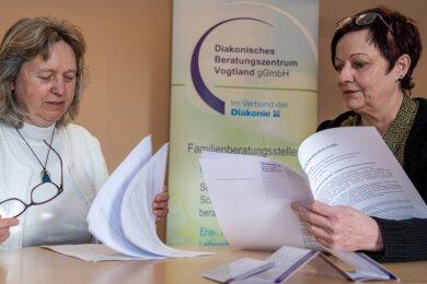Die gesellschaftlichen und sozialen Folgen der Coronapandemie seien noch nicht absehbar, sagen Tabea Waldmann (links) und Ellen Stengel vom diakonischen Beratungszentrum Vogtland. Im Moment nehmen die Fallzahlen in den drei Familienberatungsstellen zu, sagen sie.