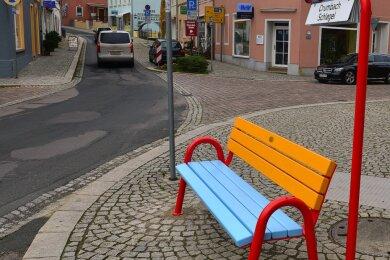 Eine der neuen Mitfahrbänke steht auf dem Neumarkt in Hainichen. Die Bemalung mit den blau-gelben Stadtfarben hatte die Kommune so in Auftrag gegeben.