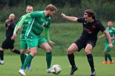 Ricardo Persigehl (vorn links) schoss das entscheidende Tor für den SV Merkur Oelsnitz zum 1:0-Sieg beim Meeraner SV und verschaffte damit seinem neuen Trainer einen perfekten Einstand.